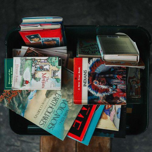 Photo d'une valise remplie de livres