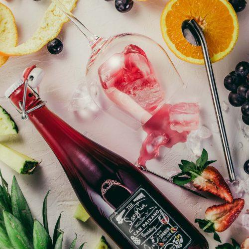 Photo d'une bouteille et d'un cocktail renversé